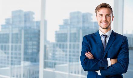 Homem de terno e gravata de braços cruzados | Como começar seu próprio negócio?
