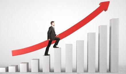 Homem de terno e gravata subindo degraus com seta vermelha apontando para cima | Atitudes para levar sua empresa ao sucesso