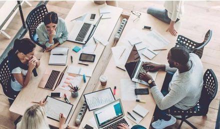 pessoas em sala de reunião conversando | O que são startups e como elas podem melhorar o mercado atual?
