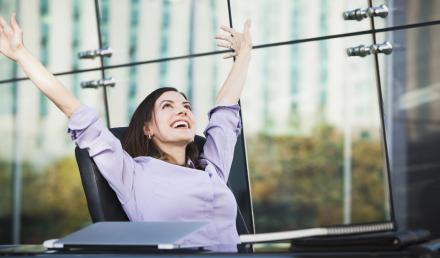 Mulher com os braços pra cima e sorridente | Como a rotina pode influenciar a sua qualidade de vida?